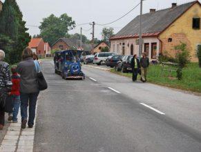 Vláček projíždějící obcí.