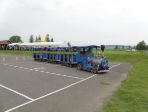 Vláček vozící návštěvníky.