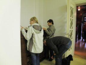 Návštěvníci prohlížející si kroniky obce.