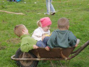 Děti v kolečku.