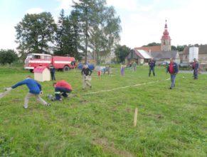 Děti zkoušející si hasičský útok.