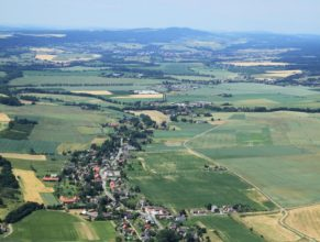 Pohled na Vlčkovice, v popředí Horní Vlčkovice, uprostřed Dolní Vlčkovice. V pozadí Dvůr Králové nad Labem a vrch Zvičina.