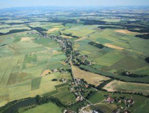Pohled na Vlčkovice, v popředí Dolní Vlčkovice, uprostřed Horní Vlčkovice. V pozadí nalevo Vodní nádrž Rozkoš u České Skalice a v pozadí napravo pak Jaroměřský rybník.