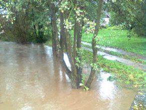 Rozvodněný potok u Matoušů v Dolních Vlčkovicích.