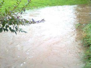 Rozvodněný potok v Dolních Vlčkovicích.