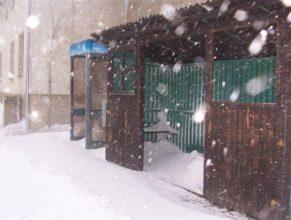 Autobusová zástávka pod sněhem u bývalé budovy JZD.