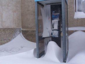 Telefonní budka pod sněhem u bývalé budovy JZD.