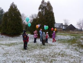 Děti s balónky.