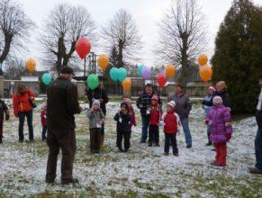 Děti a rodiče s balónky.