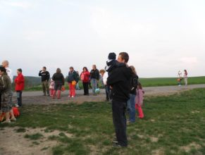 Dav na kopci čekající na zapálení hranice.