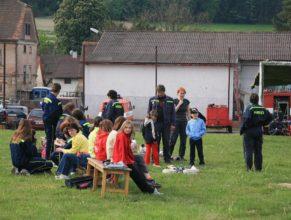 Hasiči a návštěvníci před zahájením akce.
