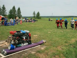Hasič a hasičky při útoku.