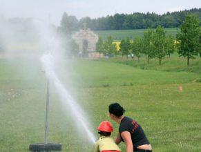 Malý hasič při útoku.