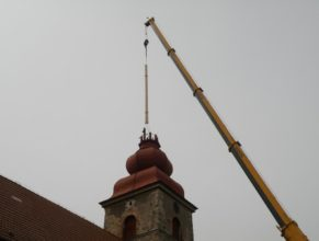 Přenášení trámů na kostel.