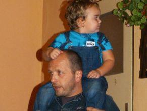 Přihlížející rodič s chlapečkem.