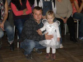Přihlížející rodič s holčičkou.