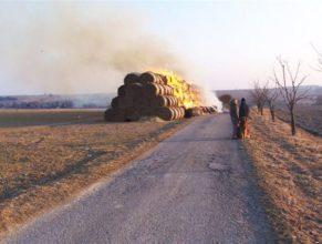 Hořící balíky slámy, přihlížející Lucie Trohořová a Lenka Maťátková.