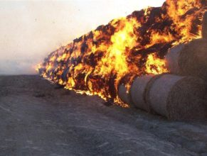 Hořící balíky slámy.