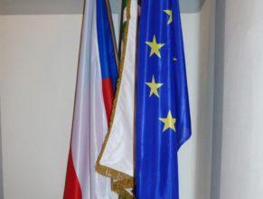 Pamětní kniha s vlajkami.