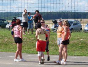Volejbalistky při poradě.