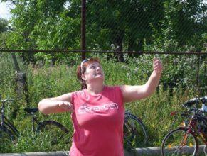Volejbalistka při podání.