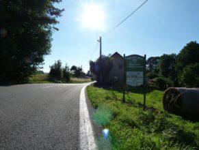 Vítací tabule umístěná na začátku Horních Vlčkovic ze směru od České Skalice.