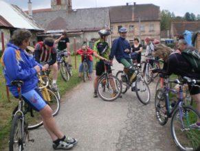 Cyklisté před odjezdem.