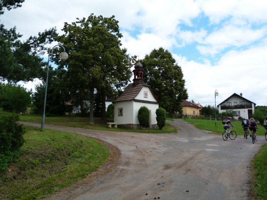 Kaplička v obci Úhlejov.
