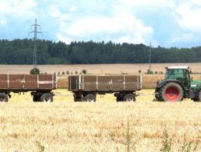 Traktor s vleky.