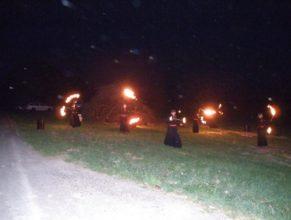 Ohnivá show před zapálením čarodějnic.