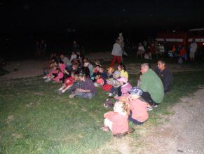 Obecenstvo sledující ohnivou show.