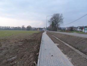 Dokončený chodník - pohled směrem na západ, v pozadí Stavebniny Stapaz.