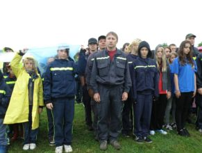Nástup družstev na začátku akce, uprostřed Petr Hornych.