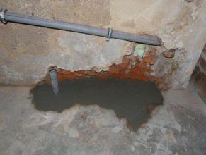 Stará odpadní voda ve sklepení.
