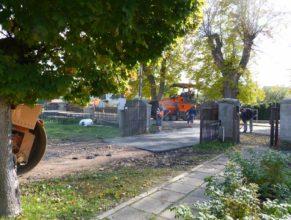 Nově položený asfalt na vjezdu k obecnímu úřadu.