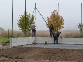 Stavba hřiště - ochranné sítě.