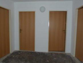 Nové dveře na půdě obecního úřadu.