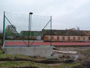 Stavba hřiště - poslední podklad a ochranné sítě.