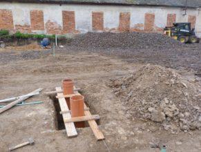 Stavba hriště - základy pro kůly na síť.