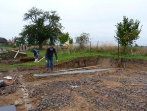 Stavba hriště - přidávání kari sítě do základů.