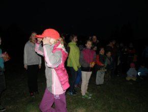 Obecenstvo sledující pálení čarodějnic.