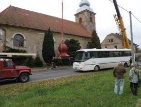 Projíždějící autobus.