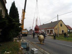 Zvedání nové kupole.