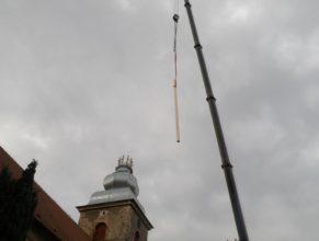 Zvedání trámů na kostel.