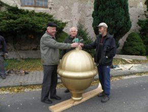 Ukládání vzkazu do nové pozlacené kupole. Zprava Jaroslav Otava, Jindřich Franc a p. farář.