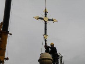 Nasazování nového kříže.
