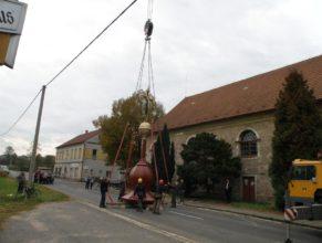 Zvedání nové kupole na kostelní věž.