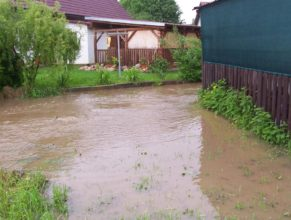 Rozvodněný potok u Trohořů v Horních Vlčkovicích.