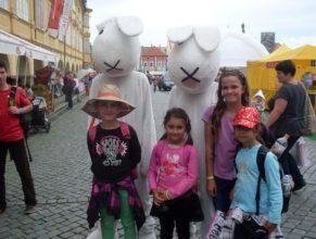 Děti s králíky.