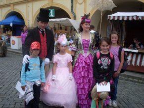 Děti s pohádkovými postavami.